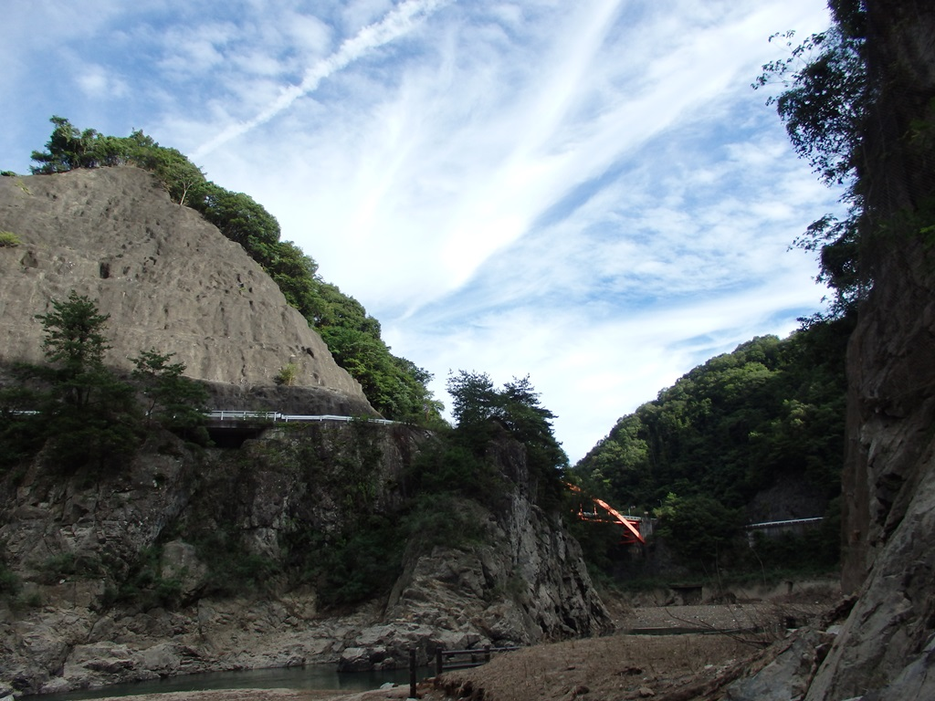 龍化トンネルの向こうから