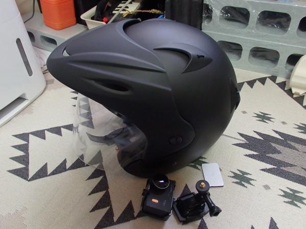 ヘルメットとアクションカメラ
